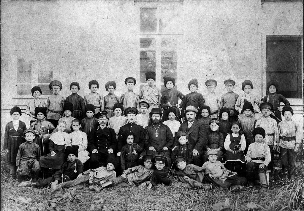 Ученики станичной школы с священником Петром Лещенко. Ст. Мингрельская. Фото 1913 г.