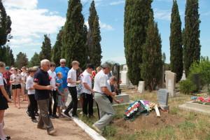 Возложение цветов к могиле летчика Алексея Белостоцкого